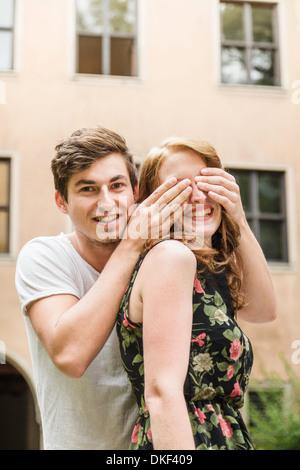 Junger Mann Bedeckung Freundin Augen - Stockfoto