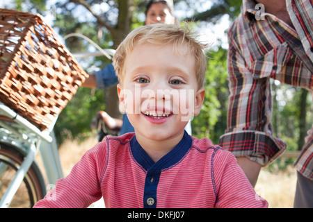 Nahaufnahme eines jungen mit Eltern im Hintergrund - Stockfoto