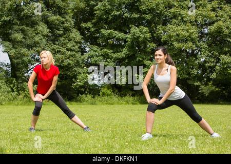 Warming up für Frauen trainieren Sie im park - Stockfoto