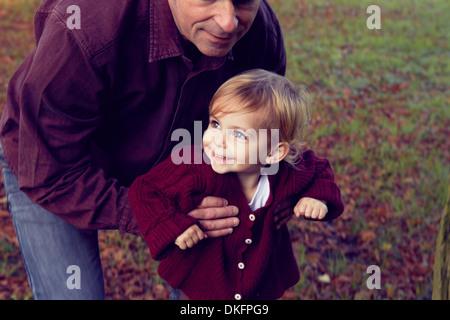 Vater und Tochter zu Fuß durch Wald - Stockfoto