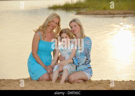 Großmutter, Mutter und Tochter an einem See - Stockfoto