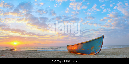 Angelboot/Fischerboot und Sonnenaufgang am schwarzen Meeresstrand - Stockfoto
