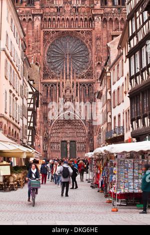 Rue Merciere und Notre Dame de Strasbourg Cathedral, Straßburg, Bas-Rhin, Elsass, Frankreich, Europa - Stockfoto