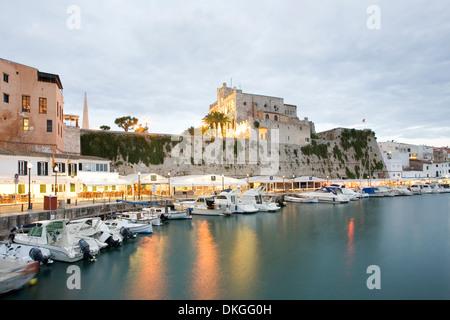 Hafen und Rathaus von Ciutadella, Menorca, Balearen, Spanien - Stockfoto