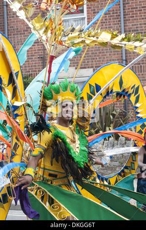 Exotische Kostüme in Swanage Karneval Prozession auf der Isle of Purbeck, Dorset, England, UK - Stockfoto