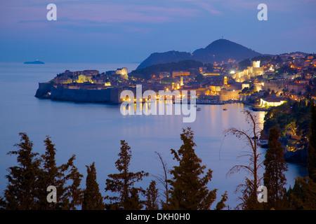Altstadt, UNESCO-Weltkulturerbe in der Abenddämmerung, Dubrovnik, Dalmatien, Kroatien, Europa - Stockfoto
