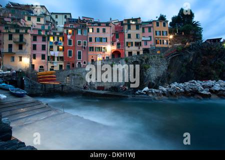 Riomaggiore-Hafen in der Abenddämmerung, Cinque Terre, Weltkulturerbe, Ligurien, Italien, Mittelmeer, Europa - Stockfoto