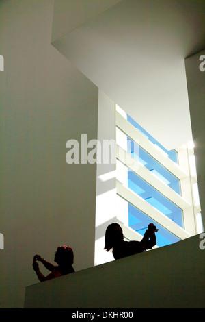 zwei Besucher fotografieren im MACBA, Barcelona, Spanien. - Stockfoto