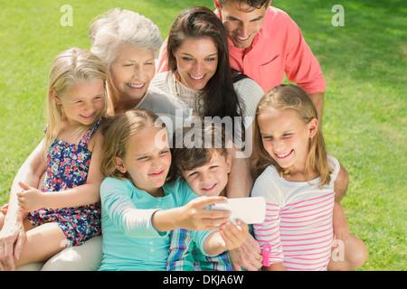 Familie unter Bild zusammen mit Handy - Stockfoto
