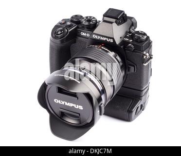 Olympus OM-D E-M1 spiegellose Digitalkamera mit HLD-7 vertikalen Griff und 12-40mm f/2.8 pro-Zoom-Objektiv - Stockfoto