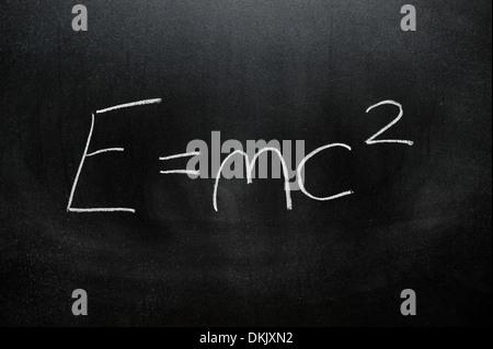 Eine Tafel mit der Summe E = mc2 in weißer Kreide darauf geschrieben. Stockfoto