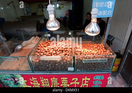 gebratene Kastanien zum Verkauf auf der Straße in Shanghai, China - Stockfoto