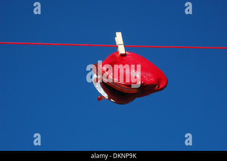(Dpa Datei) Abbildung - ein Archiv Bild vom 14. Juni 2013, zeigt eine Brieftasche Hangind Fron eine Wäscheleine - Stockfoto
