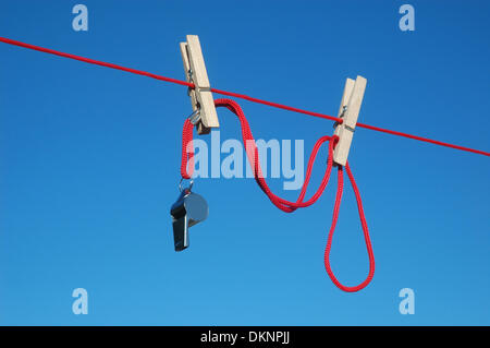 (Dpa Datei) -Ein Archiv Bild vom 14. Juni 2013, Abbildung eine Pfeife von einer Wäscheleine in Deutschland hängen. - Stockfoto