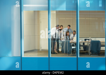 Geschäftsleute, die mit Laptop im Konferenzraum - Stockfoto