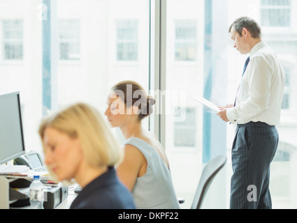 Business Leute, die im Büro - Stockfoto