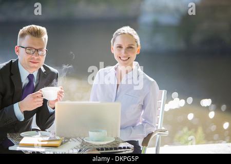 Geschäftsleute im Straßencafé - Stockfoto