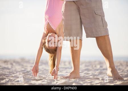 Vater und Tochter spielen am Strand - Stockfoto