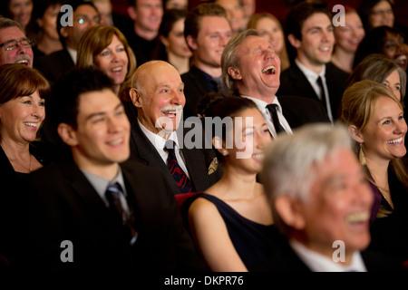 Menschen Lächeln und Lachen in Theater-Publikum - Stockfoto