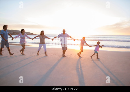 Familie Hand in Hand am Strand - Stockfoto