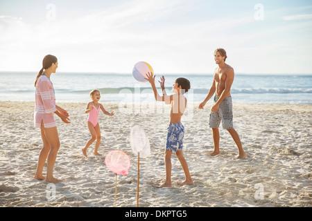 Familie am Strand spielen - Stockfoto
