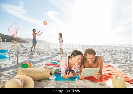 Familie entspannende zusammen am Strand - Stockfoto