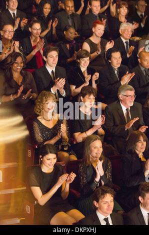 Theater-Publikum klatschte - Stockfoto
