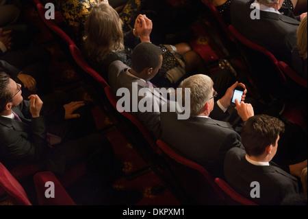 Mann mit Handy im Theater-Publikum - Stockfoto