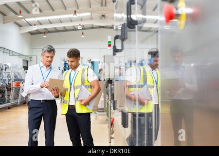 Supervisor und Arbeitskraft mit digital-Tablette in Fabrik - Stockfoto