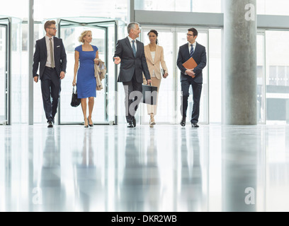 Geschäftsleute gehen im Büro - Stockfoto