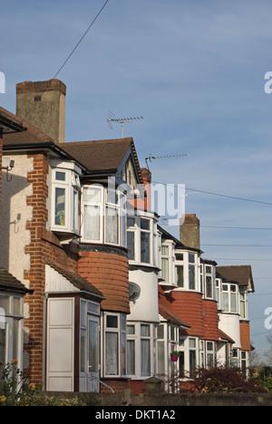 Zeile der 1930er Jahre Reihenhaus Häuser mit Erker in Twickenham, Middlesex, england Stockfoto