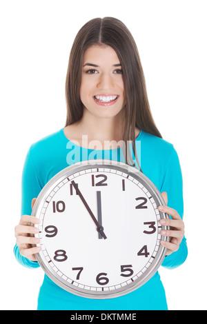 Casual Mädchen hält eine Uhr. Isoliert auf weiss. - Stockfoto