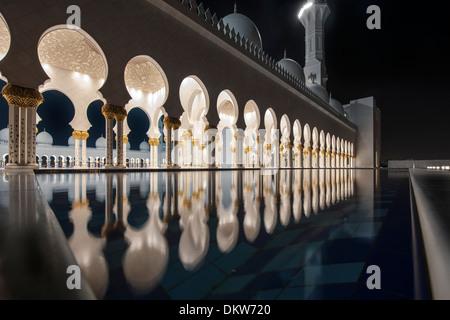 Beleuchtete Kolonnaden, Nacht, Sheikh-Zayed-Moschee, Abu Dhabi, Vereinigte Arabische Emirate - Stockfoto