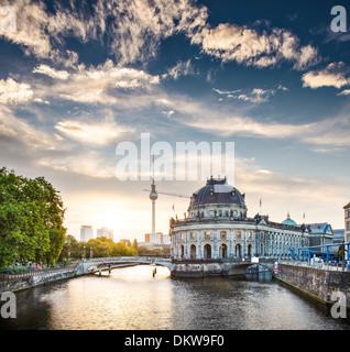 Berlin, Deutschland-Blick auf die Museumsinsel und den Fernsehturm kurz nach Sonnenaufgang. - Stockfoto