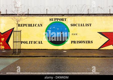 Wandbild an der Wand des Weltfriedens, Belfast für die Irische republikanische sozialistische Partei. - Stockfoto