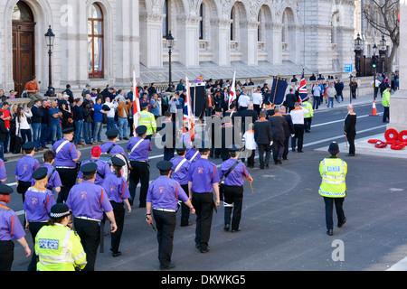 Str. Georges Tag Orange-Parade in Whitehall auf dem Kenotaph von der Metropolitan Police gemarshallt werden - Stockfoto