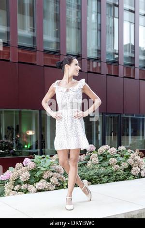 Junge Frau, Sommer Kleid, HafenCity, Hamburg, Deutschland - Stockfoto