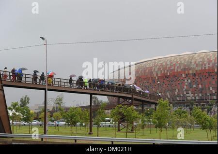 Johannesburg, Südafrika. 10. Dezember 2013. Menschen machen den Weg nach der Trauerfeier im FNB-Stadion am 10. Dezember - Stockfoto