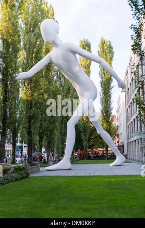 """Kunst Skulptur """"Walking Man"""" von Jonathan Borofsky atrist in München, leopoldstrasse, Deutschland - Stockfoto"""