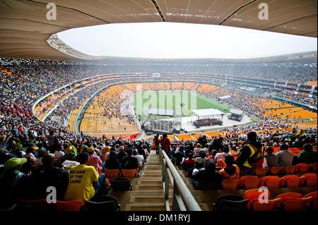 Johannesburg, Südafrika. 10. Dezember 2013. Tausende von Menschen versammelt, um die letzte Ehre, des verstorbenen - Stockfoto