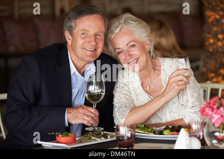Älteres paar Mahl im Restaurant - Stockfoto