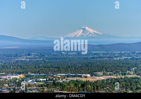 Blick auf Mt. Hood und die Stadt Bend in Zentral-Oregon - Stockfoto