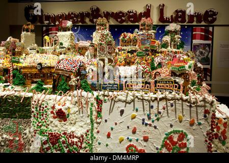 New York, USA. 1. Dezember 2013. Lebkuchen Häuser Form eine gesamte Gingerbead-Dorf in New York, USA, 1. Dezember - Stockfoto