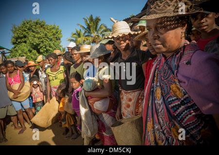 Leute warten auf Hilfe Nahrungsmittelverteilung in Vatomandry Bezirk, Madagaskar. - Stockfoto