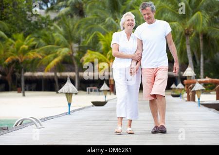 Älteres Paar zu Fuß auf hölzernen Steg - Stockfoto