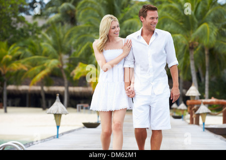 Paare, die auf hölzernen Steg - Stockfoto