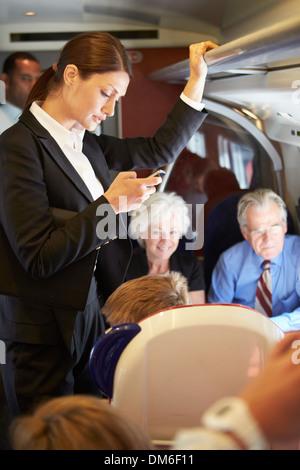Geschäftsfrau mit Handy auf belebten s-Bahn - Stockfoto
