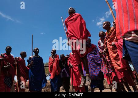 Eine Gruppe von Massai Männer, die sich an der traditionellen Adumu Tanz allgemein bekannt als das Springen Tanz - Stockfoto