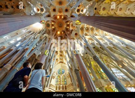 Paar die Decke des Tempels Sagrada Familia von Antoni Gaudi bewundern. Barcelona, Spanien. - Stockfoto