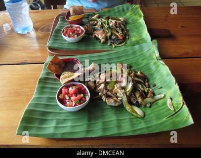 Typische costaricanische Mittagessen in einem kleinen Restaurant, Sautierte Fleisch und Gemüse auf einem großen - Stockfoto